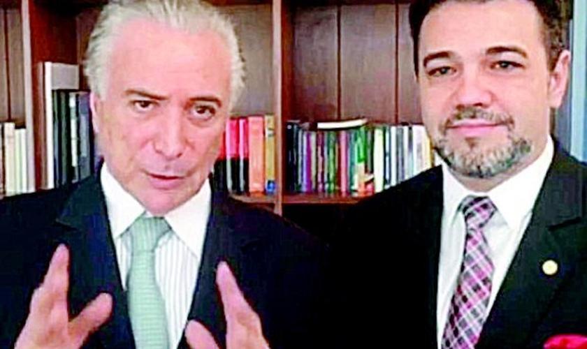 Vice-presidente Michel Temer (à esquerda) ao lado do deputado federal pastor Marco Feliciano (à direita), durante gravação de vídeo. (Imagem: Facebook)