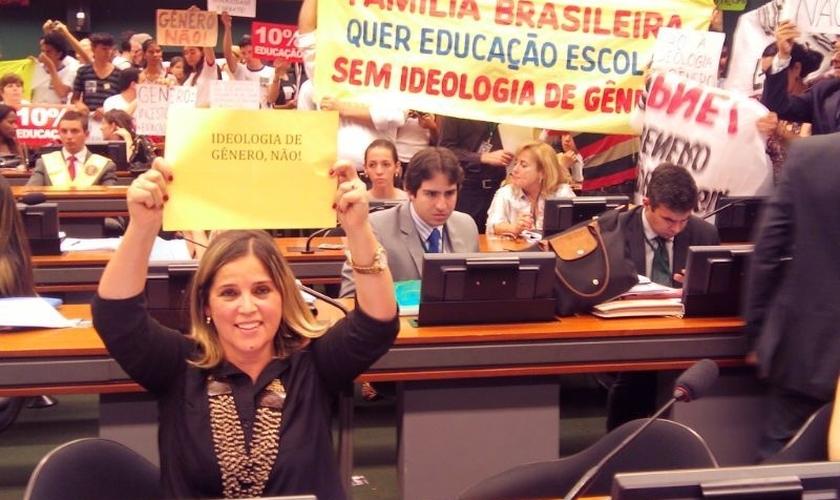 Marisa Lobo (à frente) protesta contra a ideologia de gênero em sessão da Câmara. (Foto: Arquivo Pessoal)