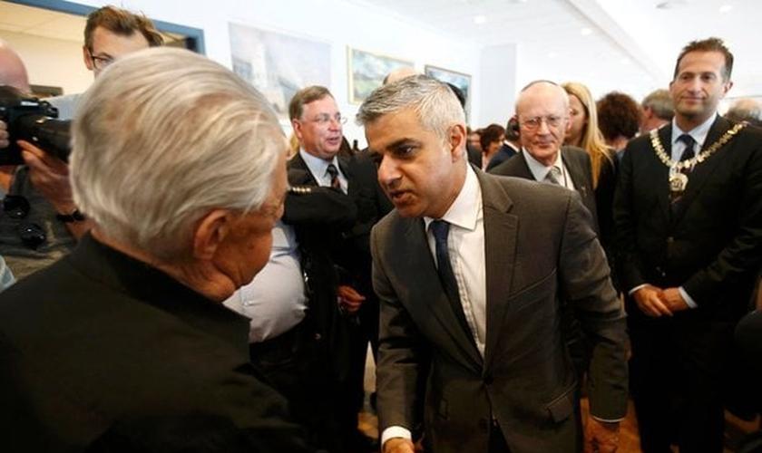 Prefeito de Londres, Sadiq Khan (ao meio) cumprimenta Harry Fleming - um sobrevivente do Holocausto Judeu - durante cerimônia em Barnet. (Foto: The Guardian)
