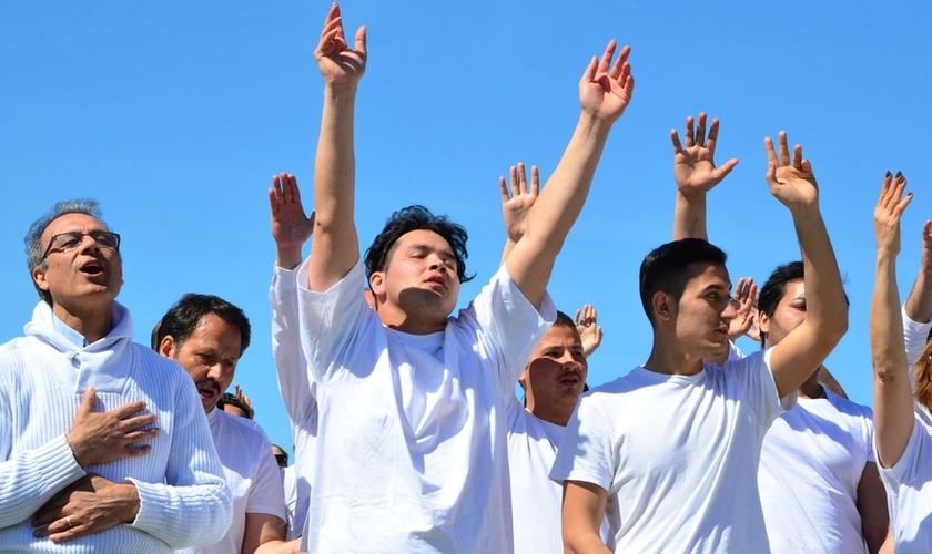 Candidatos ao batismo participam de momento de louvor antes de celebrarem o ato efetivamente. (Foto: Stern)