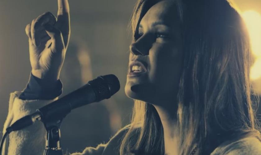 O álbum Paz é o sexto título da cantora que não lançava um álbum de inéditas há quatro anos. (Foto: Reprodução / YouTube).