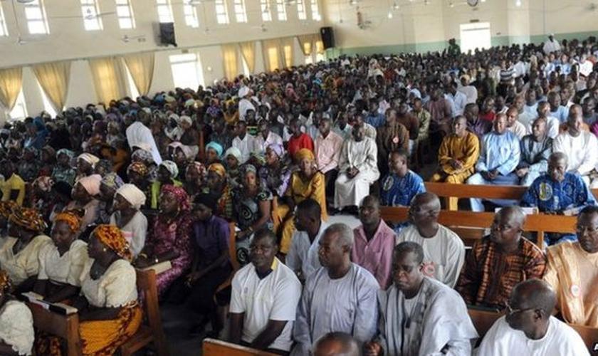 Cristãos participam de culto na Nigéria. (Foto: BBC)
