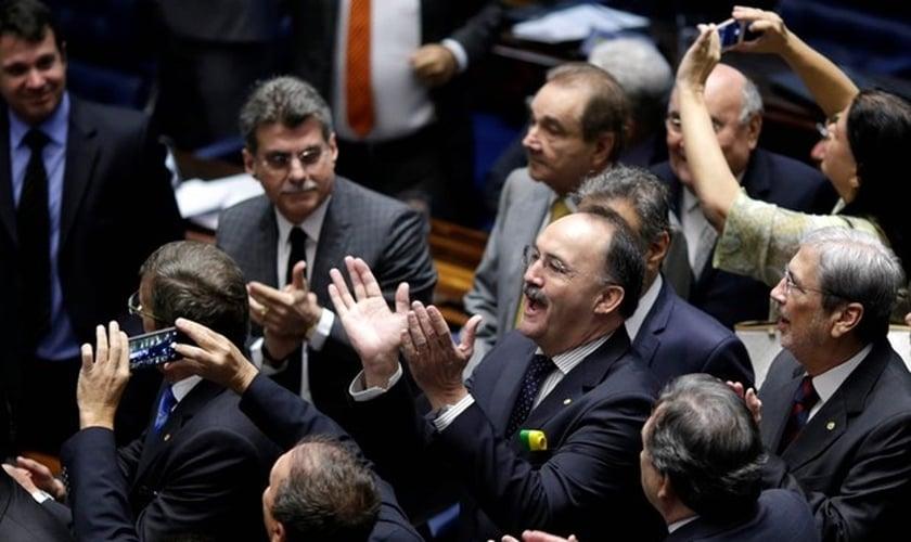 Favoráveis ao impeachment, senadores aplaudem resultado da votação. (Foto: Ueslei Marcelino / Reuters)