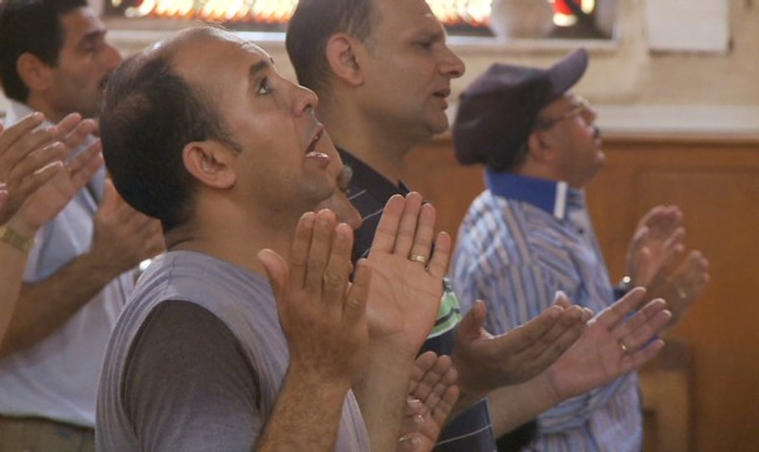 Cristãos participam de culto em igreja no Egito. (Imagem:  captura de tela / CNN)