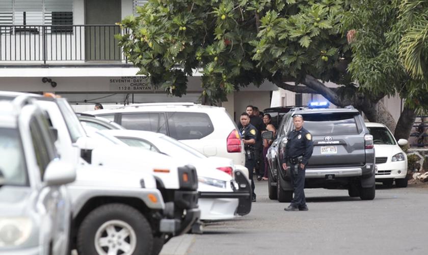 Policiais em frente a Igreja Adventista do Sétimo Dia no bairro de Kalihi, Honolulu, Havaí. (Foto: Star Advertiser)