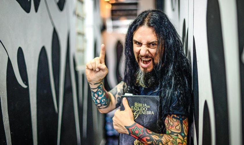 O pastor Antonio Carlos é líder dos féis da Crash Church e da banda Antidemon. (Foto: Renato Pizzutto)