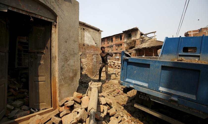 Homem revira escombros após terremoto no Nepal. (Foto: Reuters)