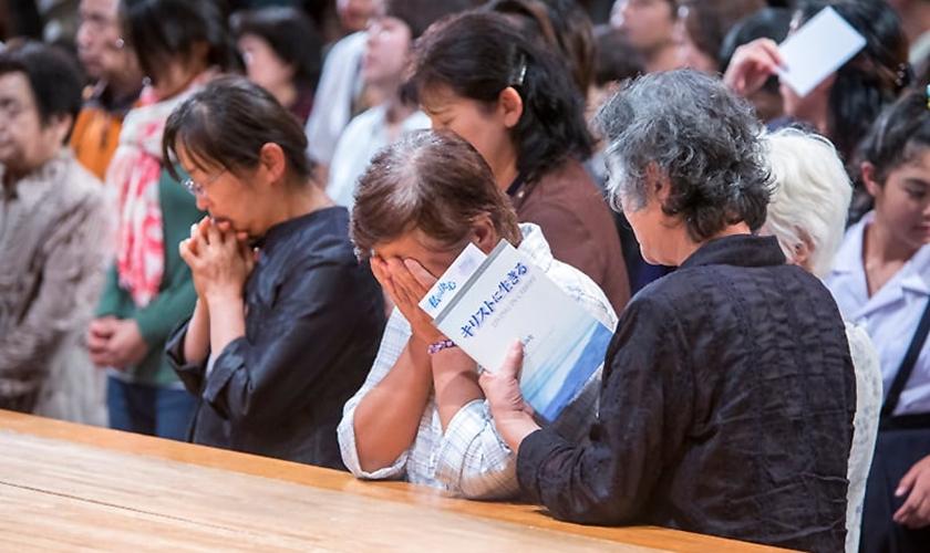 Japoneses se emocionam durante homenagem às vítimas de Fukushima, no Japão. (Foto: BGEA)