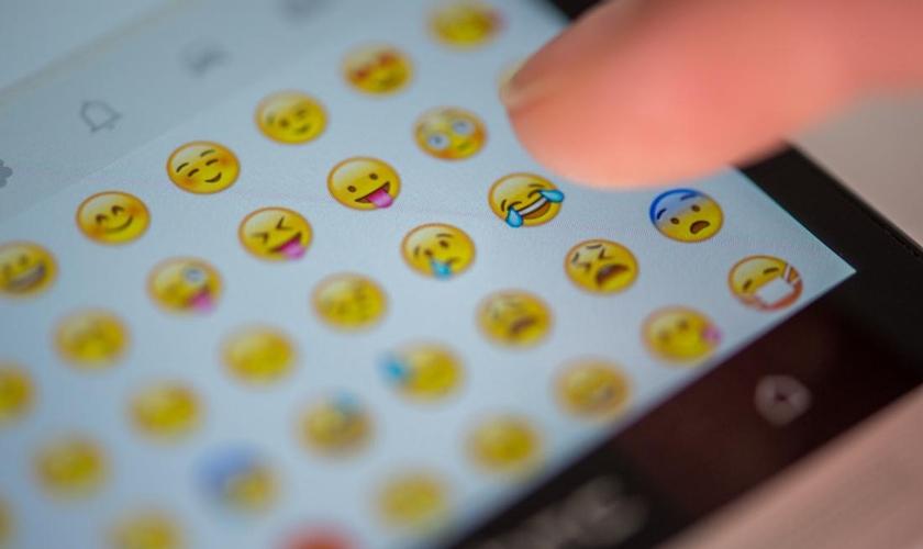 """A """"Bíblia Emoji"""", voltada à nova geração, estará disponível no iTunes (somente em inglês) a partir do próximo domingo. (Foto: AP/Matthias Balk)"""
