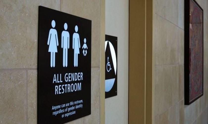 Placa indica acesso a 'banheiro inclusivo' nos Estados Unidos. (Foto: USA Today)