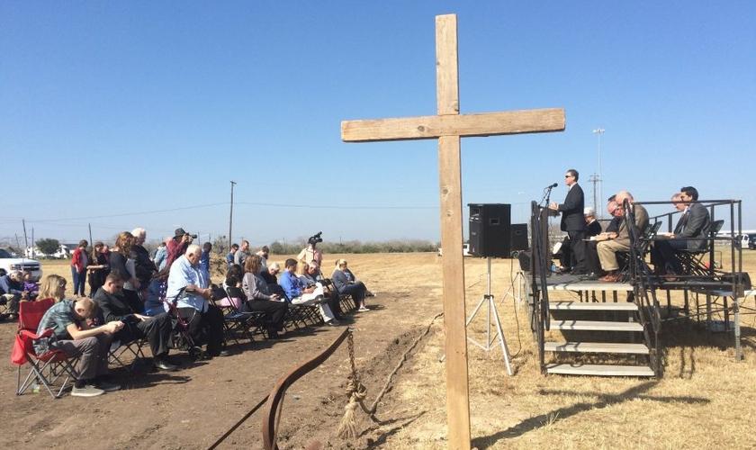Cerca de 150 pessoas participaram do lançamento do projeto da Maior Cruz dos Estados Unidos, em Corpus Christi / Texas. (Foto: Natalia Contreras / Caller-Times)