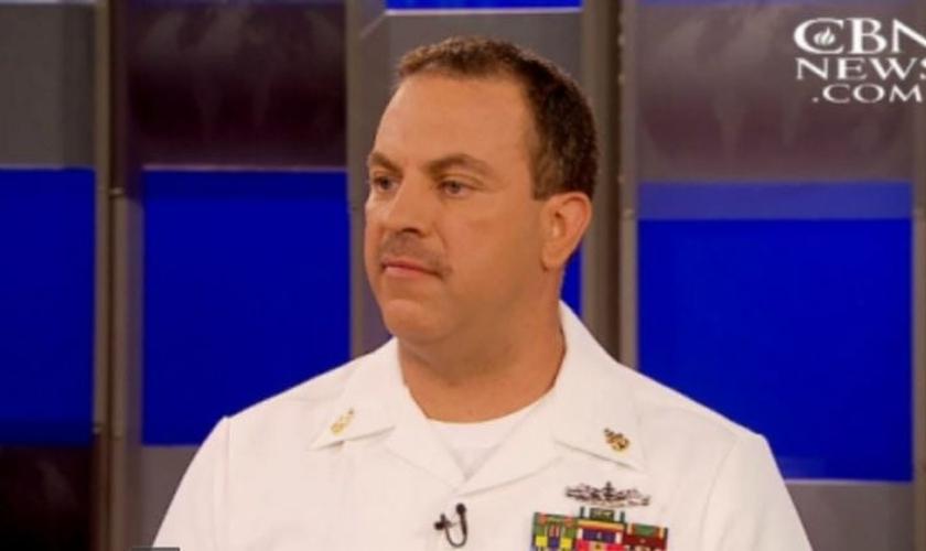O oficial da Marinha, Thomas Gentry arriscou sua própria vida para salvar uma mulher de um carro em chamas nos EUA. (Imagem: Captura de Tela / CBN News)