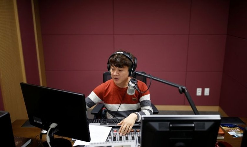 O norte-coreano, Kim Chung-Seong é radialista e usa o s3eu programa semanal para evangelizar o seus compatriotas e também para alertar outros países sobre a gravidade do  regime totalitário na Coreia do Norte. (Foto: Reuters)