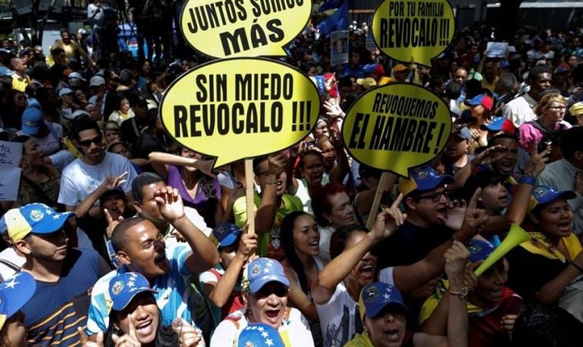Venezuelanos saem às ruas para protestar contra o presidente da Venezuela, Nicolás Maduro. (Foto: Reuters)