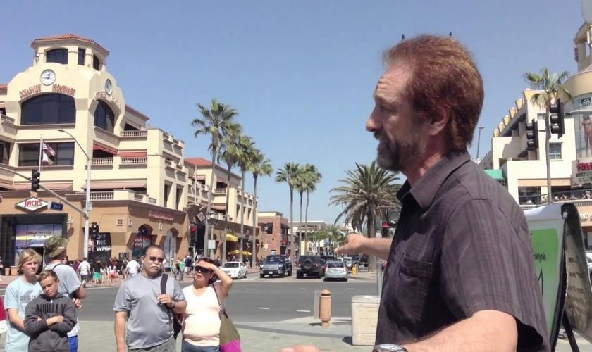 """Ray Comfort é evangelista e cientista criacionista, apresentador do programa de TV """"O Caminho do Mestre"""". (Imagem: Youtube)"""