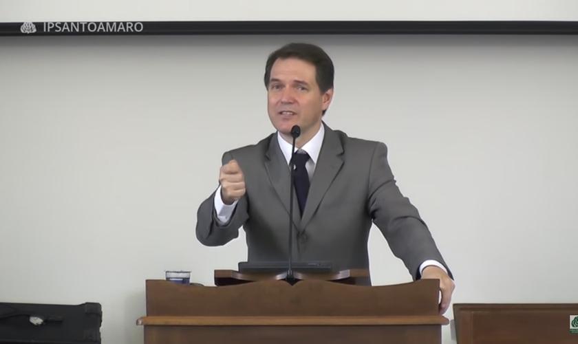 O pastor prega sobre as novas formas de cristianismo. (Foto: Reprodução/Youtube).