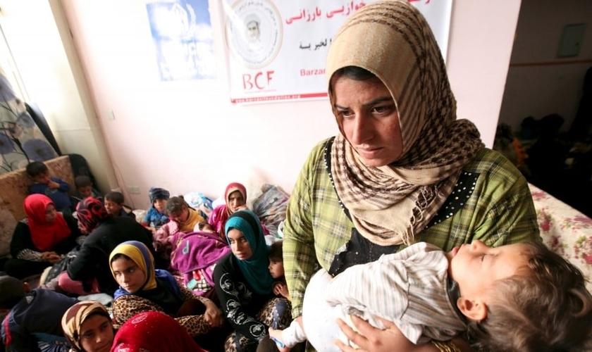 Refugiada carrega seu bebê nos braços. Imagens da vítima citada na matéria não foram divulgadas por razões de segurança. (Foto: Reuters)
