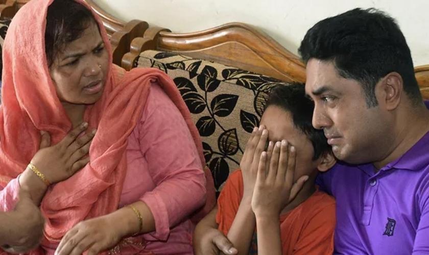Garoto chora pela morte da mãe, Mahmuda Begum, que foi esfaqueada na cabeça por três homens em Chittagong. (Foto: AFP/Getty Images)