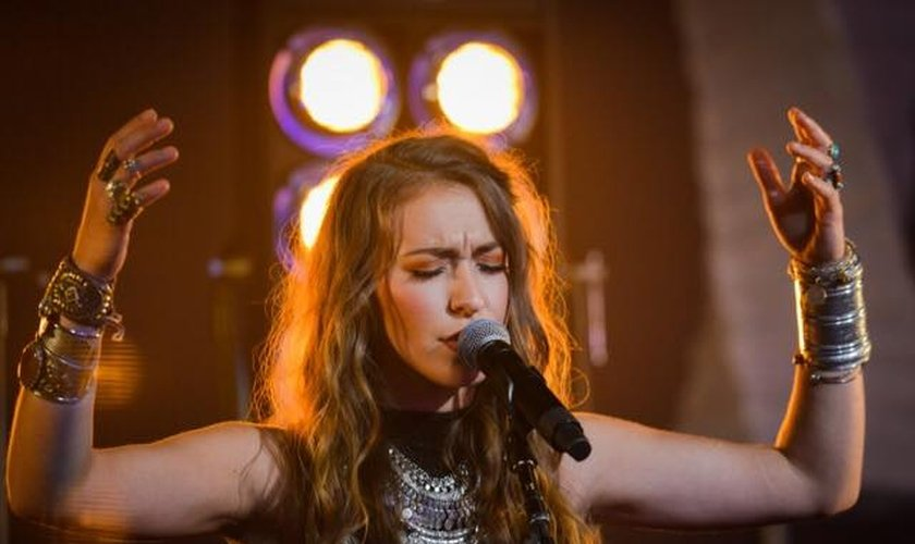 """Lauren Daigle recebeu tanto o prêmio de """"Artista do Ano"""" como também de """"Artista Feminina do Ano"""". (Foto: K-LOVE)."""