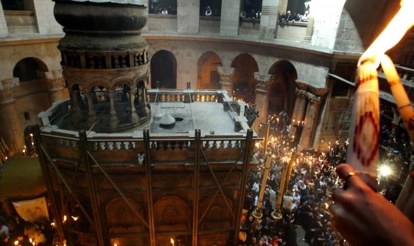 Local onde acredita-se que Jesus Cristo foi sepultado após sua crucificação, o 'Santo Sepulcro' é visitado por milhares de pessoas diariamente. (Foto: Reuters)