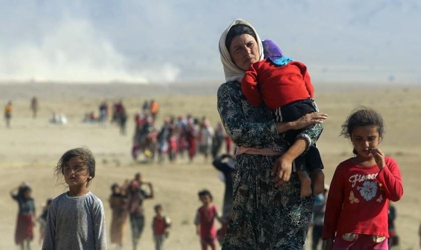 O Estado Islâmico tem invadido cidades e obrigado minorias étnicas e religiosas a fugirem de suas terras / casas. (Foto: Reuters)