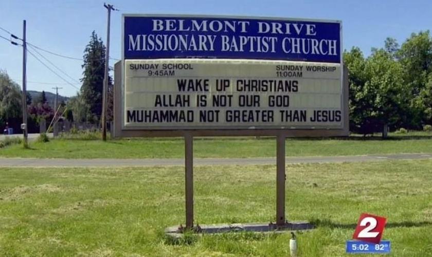 """Instalada em frente à igreja, a placa diz """"Acordem, cristãos. Alá não é o nosso Deus. Maomé não é maior do que Jesus"""". (Imagem: KATU)"""