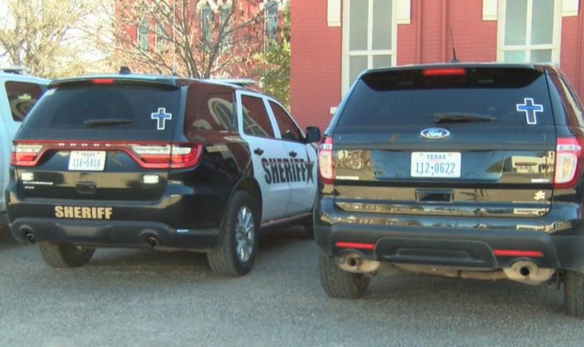 Carros de polícia do condado de Brewster, com cruzes expostas em seus vidros traseiros. (Foto: My States Man)