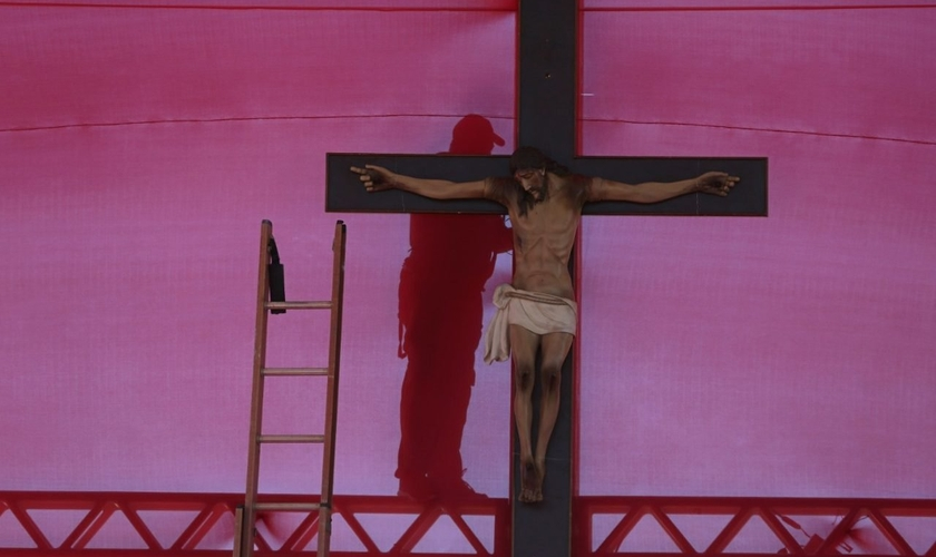 A vítima, que agora tem 18 anos, teria sido amarrada a um crucifixo e teve cruzes pintadas sobre o corpo. (Foto: AP)