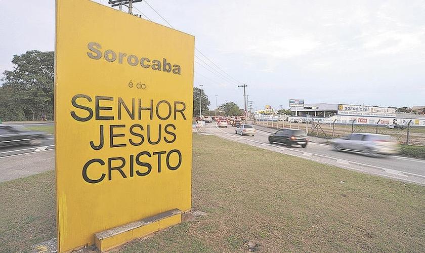 O totem foi instalado em 2006, na entrada da cidade pela rodovia Senador José Ermírio de Moraes, também conhecida como 'Castelinho'. (Foto: G1)