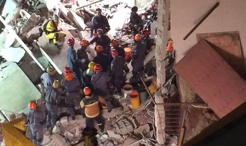 O Corpo de Bombeiros continua trabalhando para localizar e resgatar Vanda Maria Martins, de 54 anos, que ainda está soterrada.