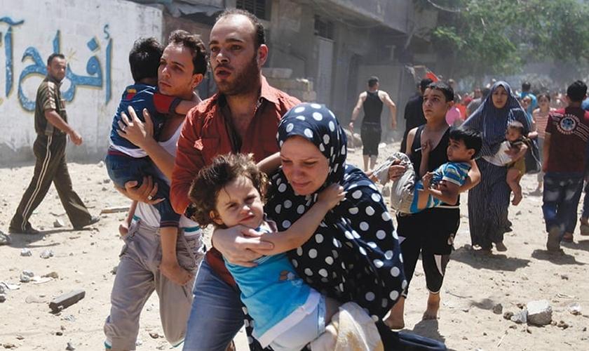 Família foge de vila no Iraque, temendo novos ataques do Estado Islâmico. (Foto: Reuters)