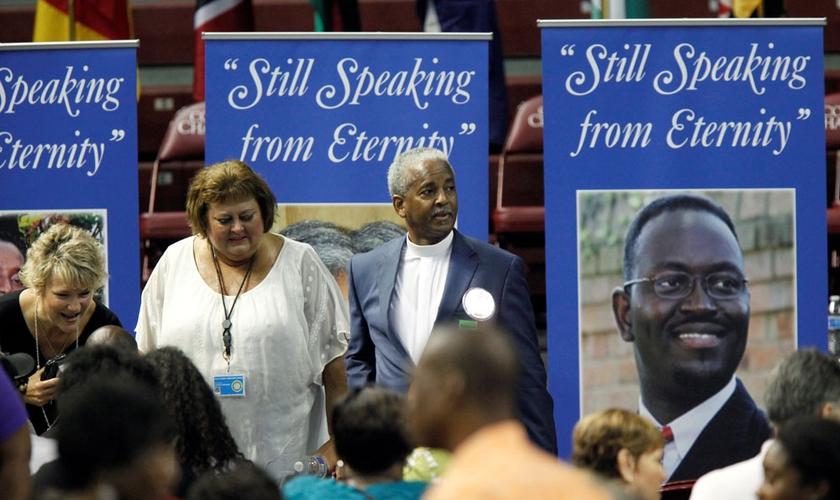"""Banners com fotos das vítimas diziam: """"Ainda falando na eternidade"""" e foram colocados no local para a cerimônia. (Foto: Reuters)"""