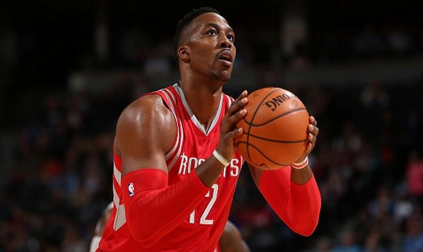 Recentemente, Dwight assinou com o Houston Rockets, onde atualmente ele promove um momento de oração pré-jogo com seus companheiros. (Foto: Inquisitr)