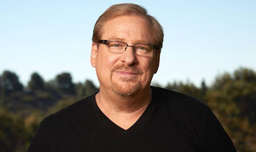 """Pastor Rick Warren é líder da Igreja Saddleback, na Califórnia, idealizador do Ministério Propósitos e autor do best-seller """"Uma Vida Com Propósitos"""". (Imagem: Reprodução / Youtube)"""