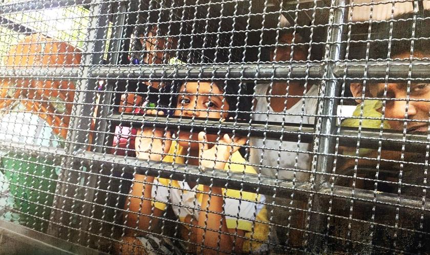 Crianças e adultos refugiados são colocados em gaiolas na Tailândia. (Foto: CBN)