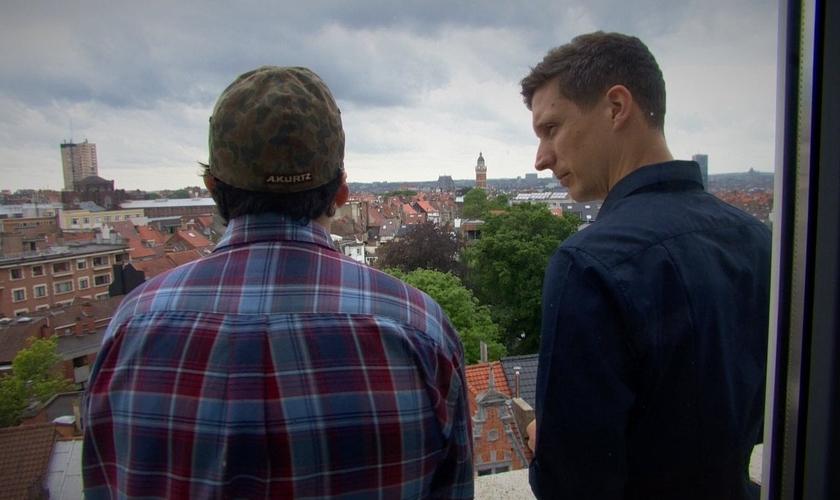"""""""Sebastian"""" conversa com repórter do programa 'VictoriaLive', da BBC. (Foto: VictoriaLive)"""