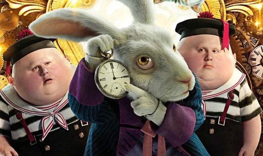 """Em cena do filme """"Alice através do Espelho"""", Coelho mostra relógio. (Imagem: Plugou)"""