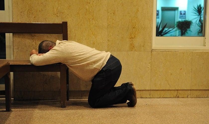 Imagem ilustrativa. Homem orando dentro de um hospital. (Foto: Bible League International)