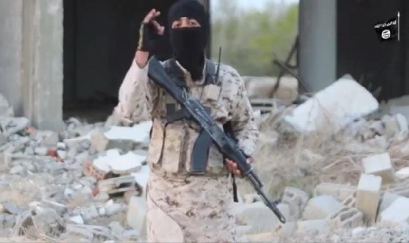 Um homem mascarado, identificado como Abu Zubair Al-Masri, que ameaça os cristãos. (Foto: Reprodução/YouTube)