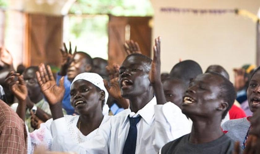 Cristãos participam de culto em igreja do Sudão. (Foto: Radio Good News)