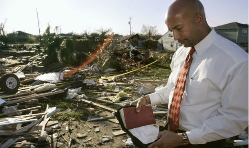Prefeito Ray Nagin folheia a Bíblia encontrada nos destroços da casa de uma mulher de 85 anos, atingida por um tornado. (Foto: Reuters)