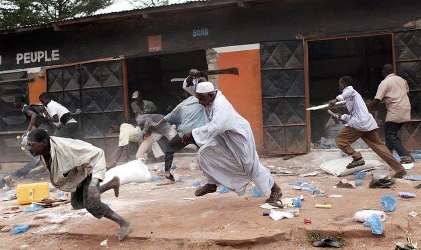 Os radicais islâmicos mataram pessoas durante ataques simultâneos nas aldeias. (Foto: AFP).