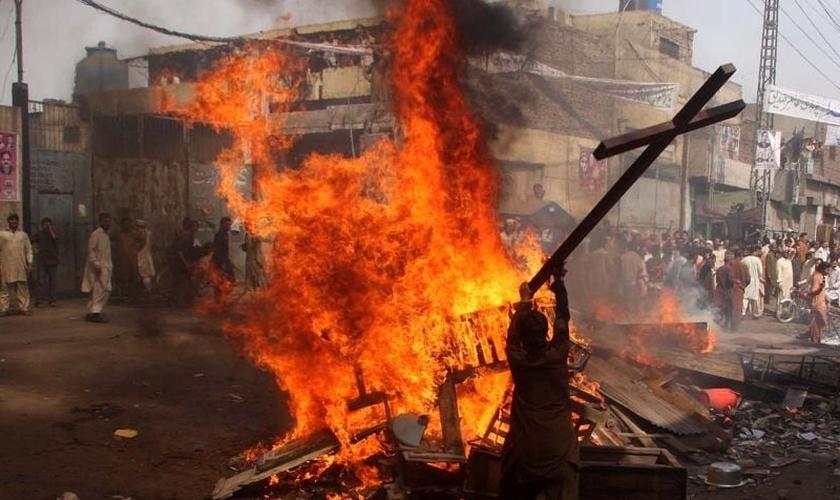 Imagem ilustrativa. Cristãos tem igrejas e objetos destruídos por muçulmanos, no Paquistão. (Foto: Reprodução)