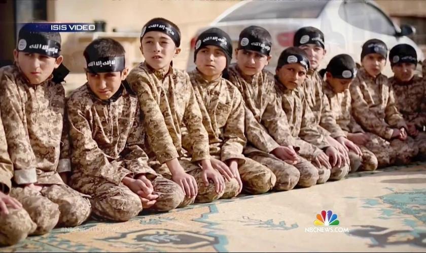 Crianças treinadas pelo Estado Islâmico. (Foto: Lawfare)