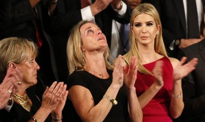 Carryn Owens (centro) havia ganhado uma nova amiga antes que deu marido fosse morto em uma batalha militar. (Foto: Reuters).