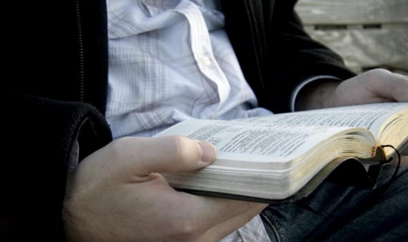 Leitura Bíblica. (Foto: Desiring God)