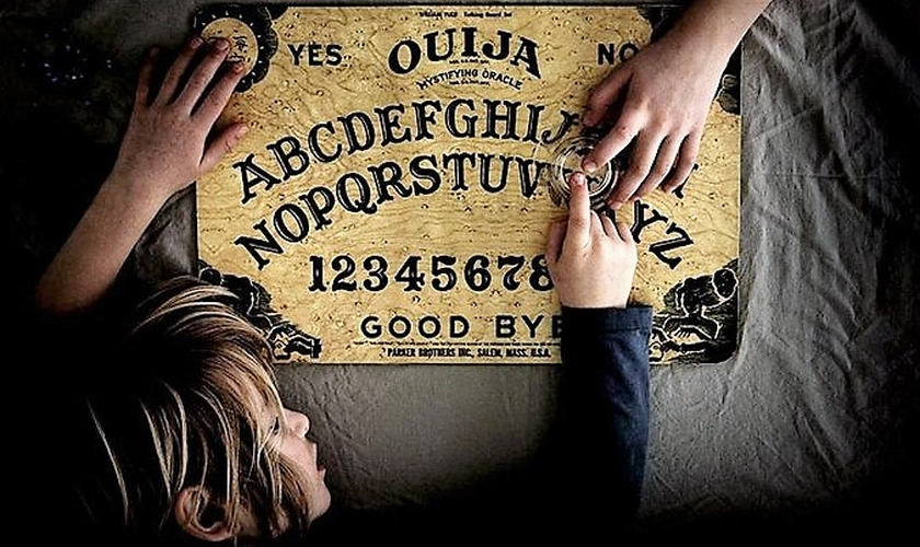 """O jogo Ouija consiste em invocar espíritos e deixar que eles """"movam"""" uma lupa sobre o tabuleiro de madeira. (Foto: Getty)"""