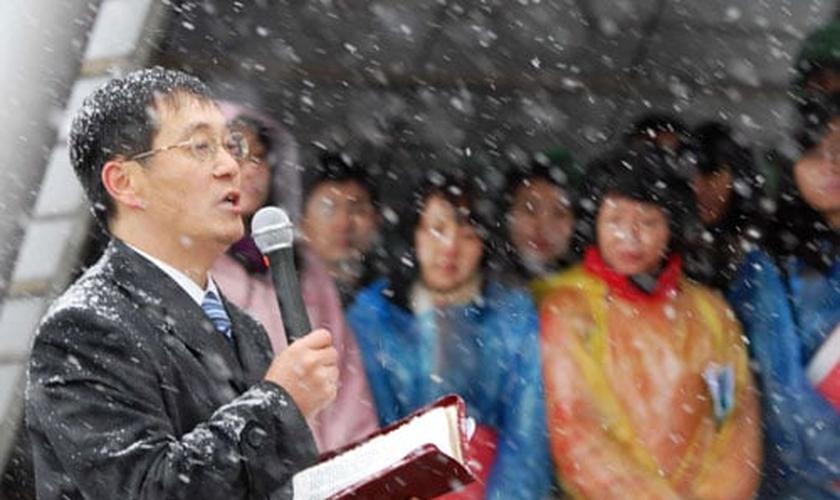 Membros da igreja Shouwang realizam culto na neve. (Foto: The Dui Hua Foundation)