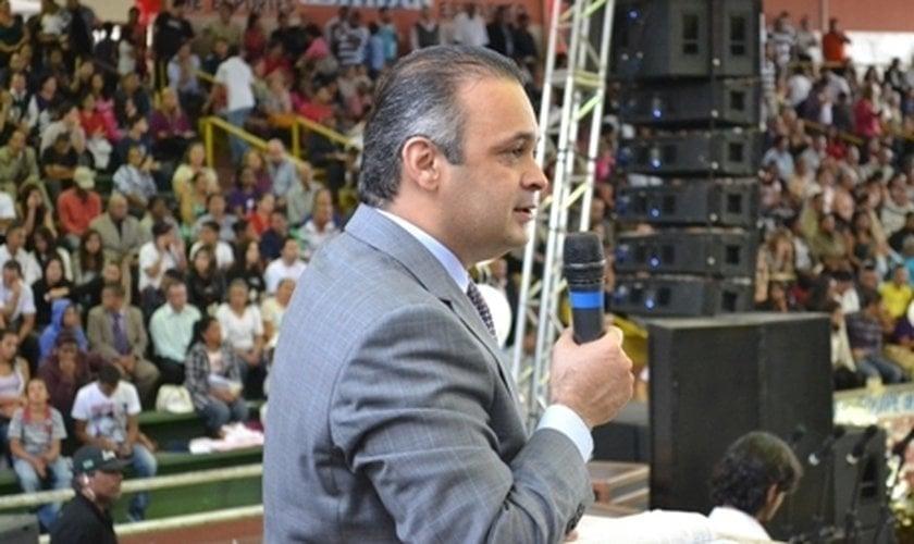 Pastor Roberto de Lucena durante pregação. (Foto: Divulgação)