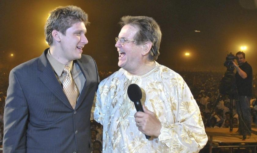 O evangelista líder do CfaN, Daniel Kolenda (esquerda), foi escolhido para suceder Bonnke (direita). (Foto: Reprodução).